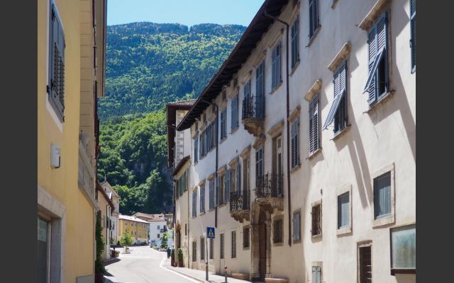 Salurn: schöne Häuser in der Dorfgasse