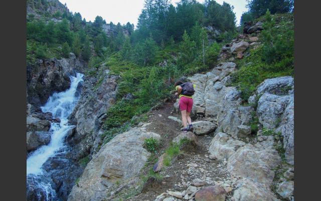 Steiler Aufstieg durch felsigen Wald