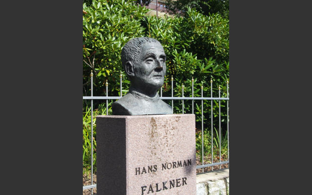 Das Falkner-Denkmal auf der gleichnamigen Promenade in Dorf Tirol