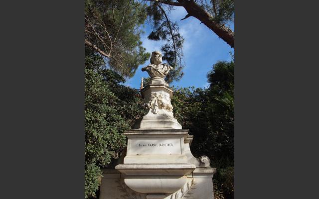 Auf der Promenade grüßt die Statue von Dr. Tappeiner, dem Planer und Finanzier