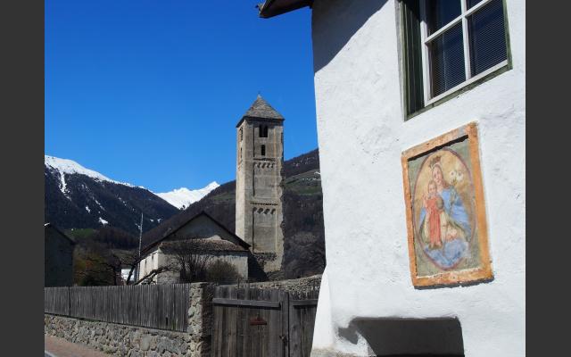 Der romanische Turm der Benediktkirche grüßt uns