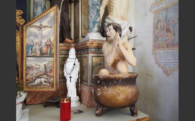 03_Reiche Ausstattung der Kapelle, hier der Hl. Veith, der im sidenden Öl gemartert wird