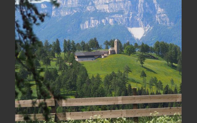 Blick zurück zur Langfenner Kirche und der Mendel im Hintergrund