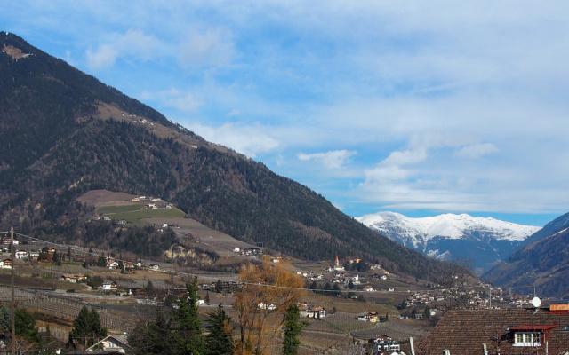 Auf der Höhe von Dorf Tirol angekommen geht der Blick nach Kuens und ins Passeiertal