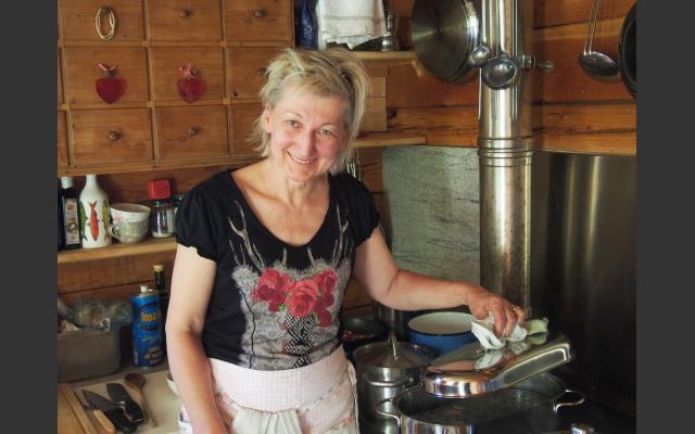 Cornelia in der Miniküche beim Knödeldampfen