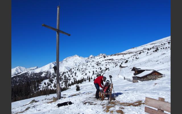Obere Pertinger Alm: Kreuz und Hütte