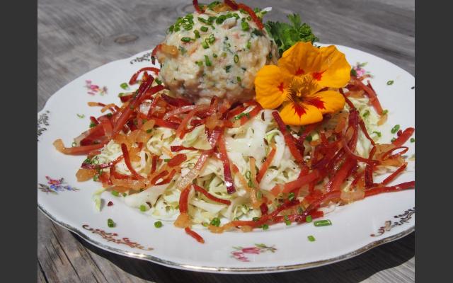 Buchweizenpressknödel und Krautsalat mit geröstetem Speck
