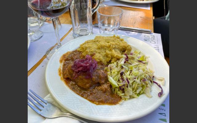 Deftige Trentiner Küche wie mit Bier geschmorte Rindswangen, karamellisierte Zwiebel, Polenta und Weißkraut
