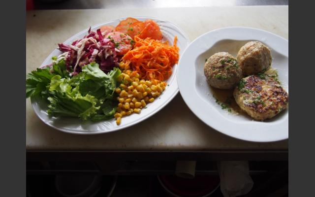 Gemischte Knödel mit Salat