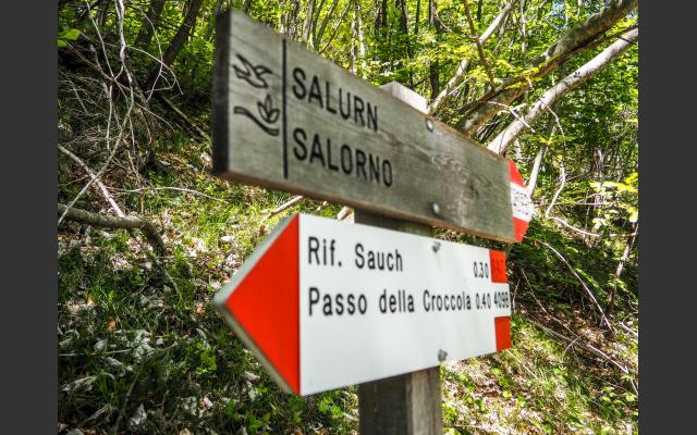 Provinzgrenze, im Trentino nur mehr einsprachige Schilder, ab hier verirren sich die deutschsprachigen Wanderer