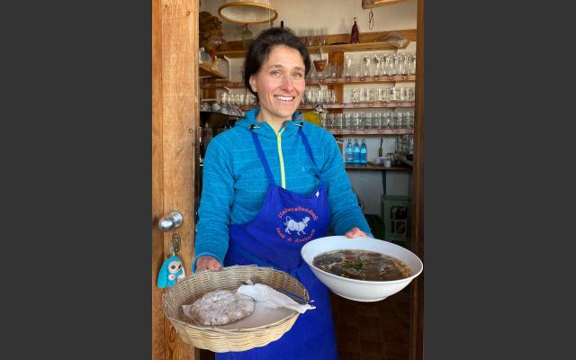 Silke Matscher-Wiedmer mit der Frittatensuppe