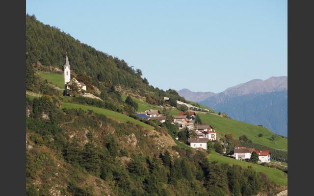 08_Blick auf Tanas mit der neuen Dorfkirche