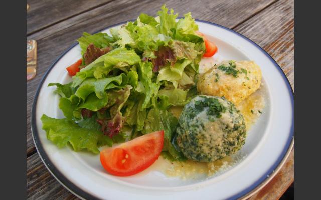 Gemischte Knödel mit Salat beim Messnerwirt