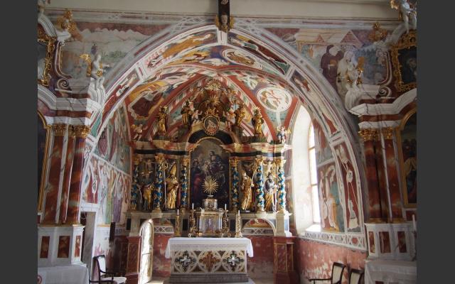 08 Reicher Fresken- und Statuenschmuck