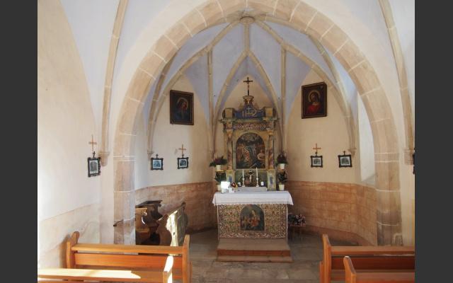 Das Kircheninnere mit dem barocken Altar