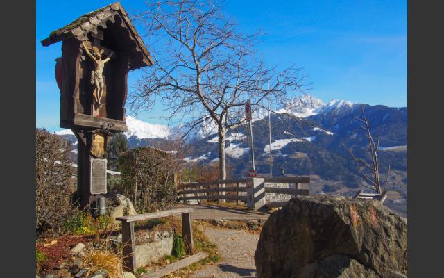 Beim Tiroler Kreuz geht es ins Dorf zurück