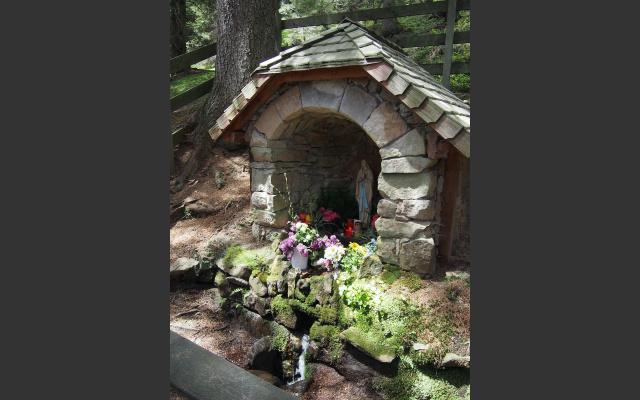 Im Wald versteckt: Quelle und Marien-Kapelle
