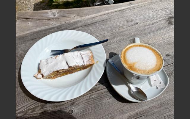 Strudel und Cappuccino auf der Klosteralm