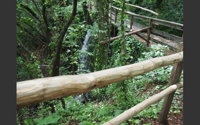 Bach, Wasserfall und Brücke am Weinlehrpfad