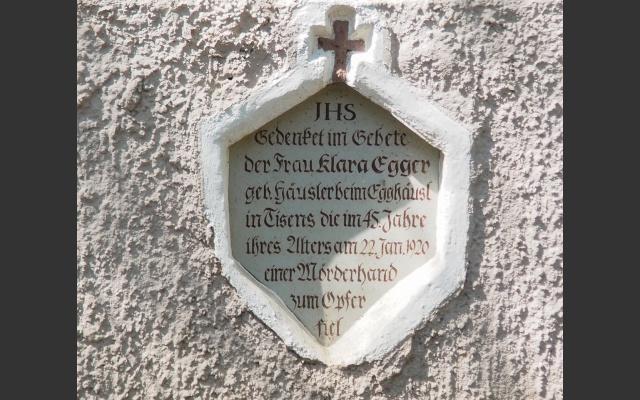 Die Tafel erinner an einen Mord vor über 100 Jahren