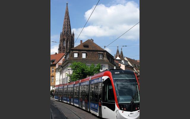800px-freiburg_oberlinden_mit_muenstertuermen_und_stadtbahn_urbos_6.jpg