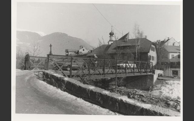Autos auf der oberen Rienzbrücke