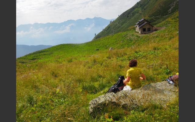 Die Malga Folga auf weiten Almwiesen, im Hintergrund die Vette Felrine
