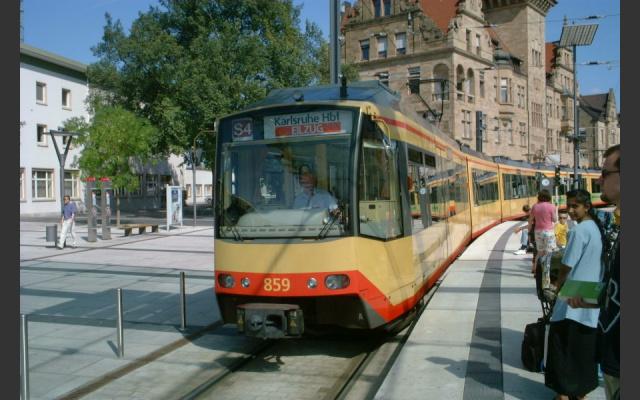 heilbronn_bahnhofsvorplatz_stadtbahn01_2002-09-08.jpg