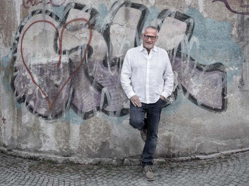 Konstantin Wecker: Reflektiert als Künstler, Musiker und engagierter Zeitgenosse über die vielfältigen Auswirkungen von Corona auf Kunst, Kultur und Gesellschaft.