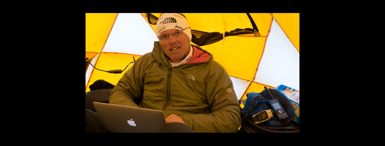 Online zu sein, gehört zum Business; Simone bei einer Nanga-Parbat- Expedition 2014