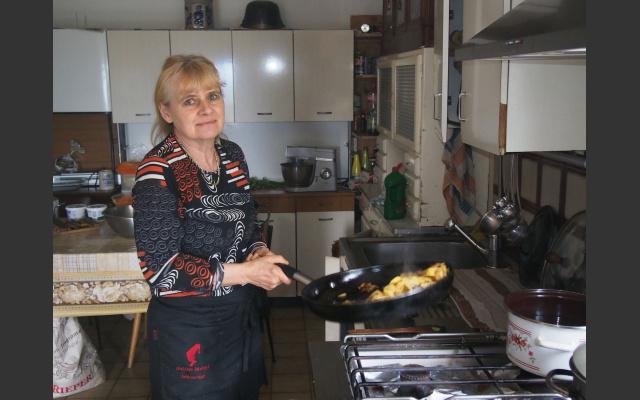 Frau Irmgard in der Küche