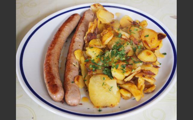 Grillwürstchen und Bratkartoffel